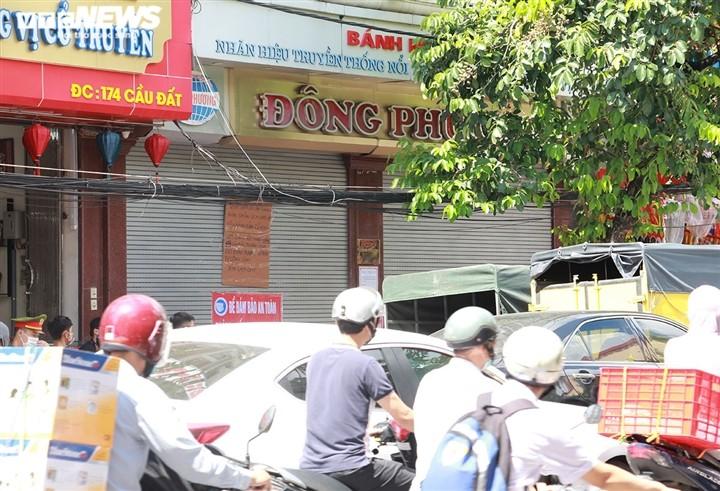 Can Ram thang 8: Noi xep hang cho mua, noi khong bong khach mua banh-Hinh-21