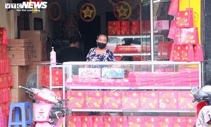 Can Ram thang 8: Noi xep hang cho mua, noi khong bong khach mua banh-Hinh-26