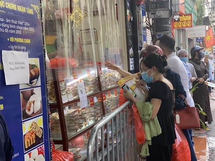 Can Ram thang 8: Noi xep hang cho mua, noi khong bong khach mua banh-Hinh-6