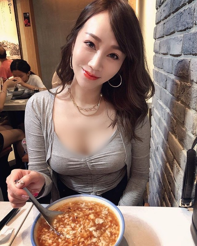 Nu tiep vien hang khong an mac sieu don gian van cuc nong bong-Hinh-6