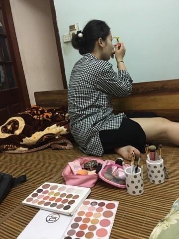 Chang trai mon moi doi ban gai make-up tieng dong ho de… di an dau ngo