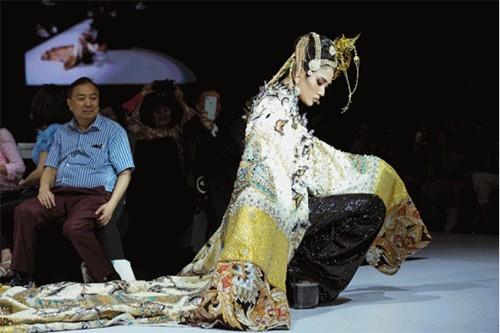 Su that dang phan no sau cu nhao lon 'tham hoa' tren san catwalk cua Minh Hang-Hinh-2