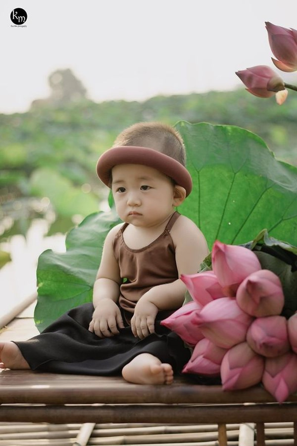 Ngu gat ben hoa sen, be trai 8 thang tuoi khien dan tinh 'lim tim'-Hinh-3