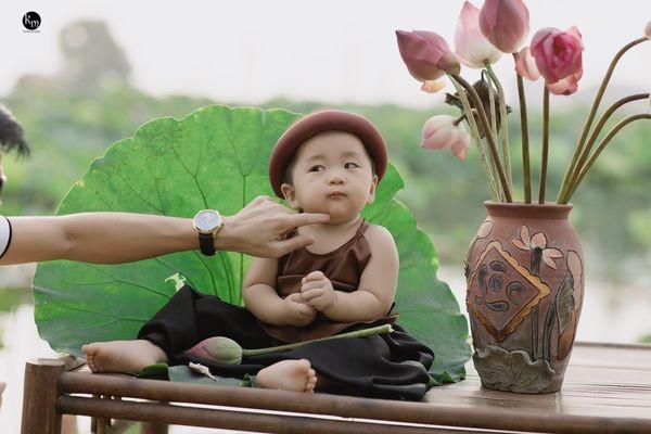 Ngu gat ben hoa sen, be trai 8 thang tuoi khien dan tinh 'lim tim'-Hinh-4