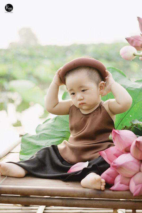 Ngu gat ben hoa sen, be trai 8 thang tuoi khien dan tinh 'lim tim'-Hinh-7