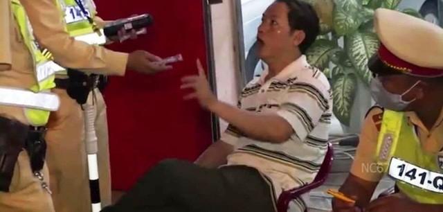 Can bo thue o Quang Binh say ruou thach thuc CSGT-Hinh-2