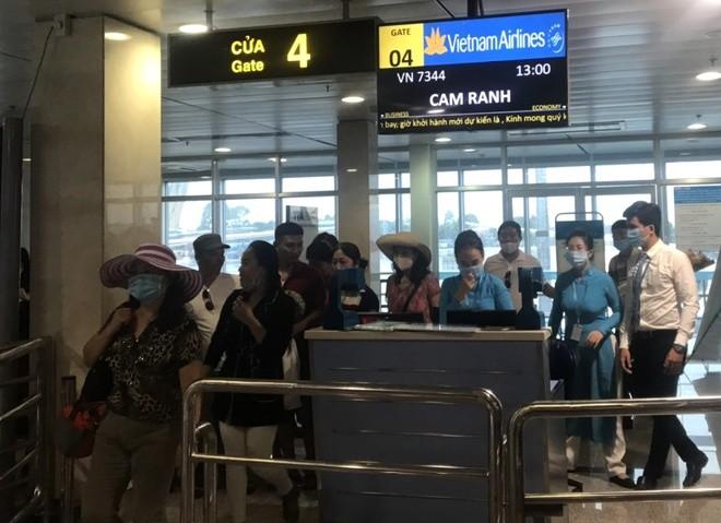 May bay truot khoi duong bang, san bay Tan Son Nhat tam dung hoat dong-Hinh-2