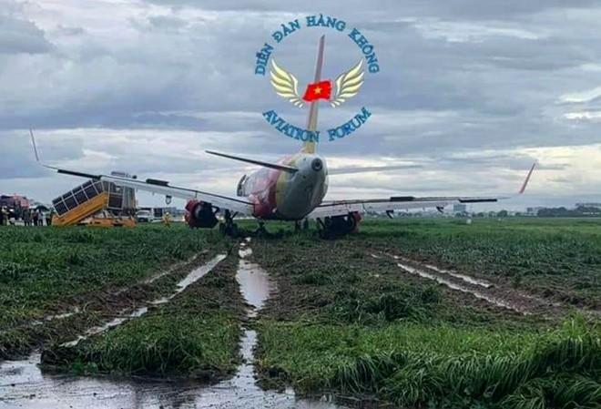 May bay truot khoi duong bang, san bay Tan Son Nhat tam dung hoat dong