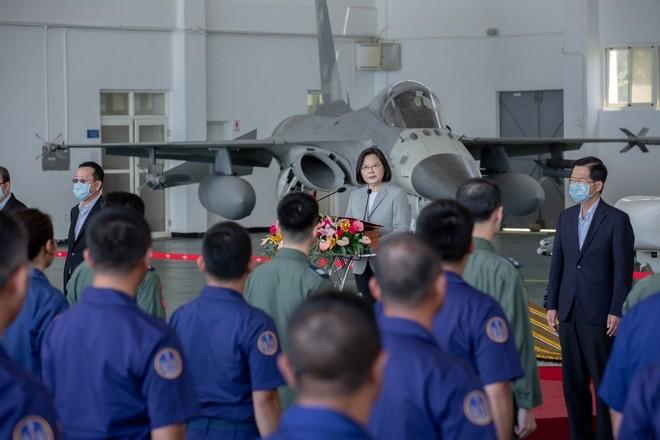 Lanh dao Dai Loan ca ngoi phi cong chan may bay Trung Quoc dai luc-Hinh-2