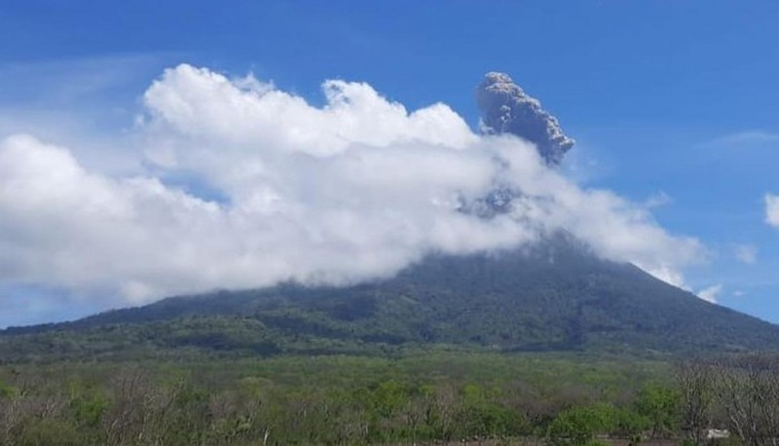 Nui lua o Indonesia 'thuc giac', cot tro bui cao den 4 km
