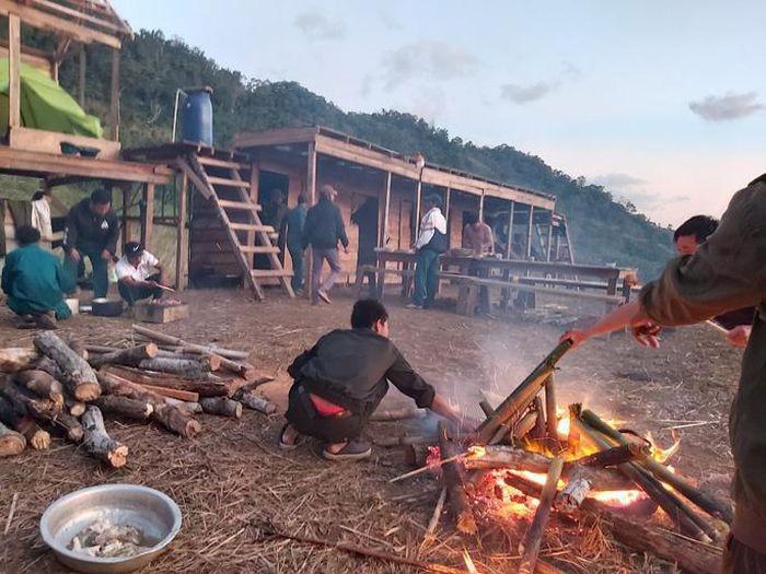 34 du khach TP HCM va nguoi dan duong mat lien lac tren nui Khanh Hoa-Hinh-3