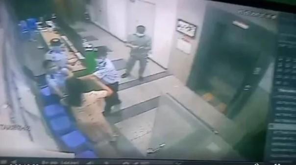 Video: Bi nhac nho deo khau trang, 1 phu nu hanh hung bao ve o TP HCM