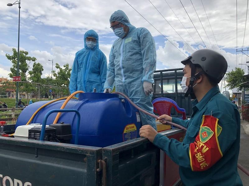 Hinh anh quan su phun 2.500 lit thuoc khu khuan tai TP Thu Duc-Hinh-2