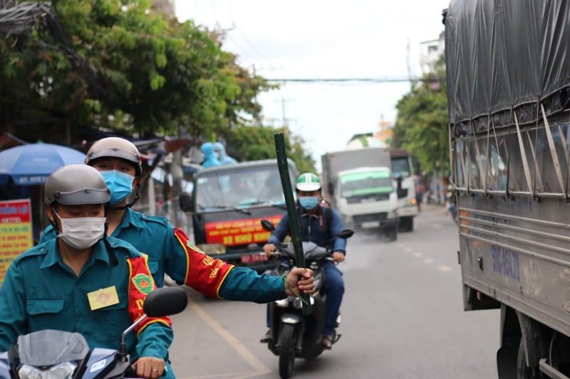 Hinh anh quan su phun 2.500 lit thuoc khu khuan tai TP Thu Duc-Hinh-3