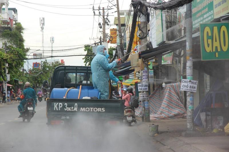 Hinh anh quan su phun 2.500 lit thuoc khu khuan tai TP Thu Duc-Hinh-4