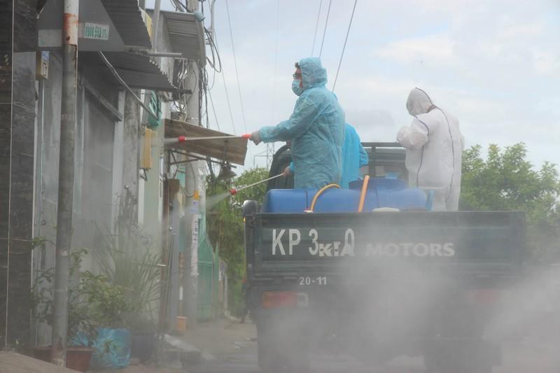Hinh anh quan su phun 2.500 lit thuoc khu khuan tai TP Thu Duc-Hinh-8