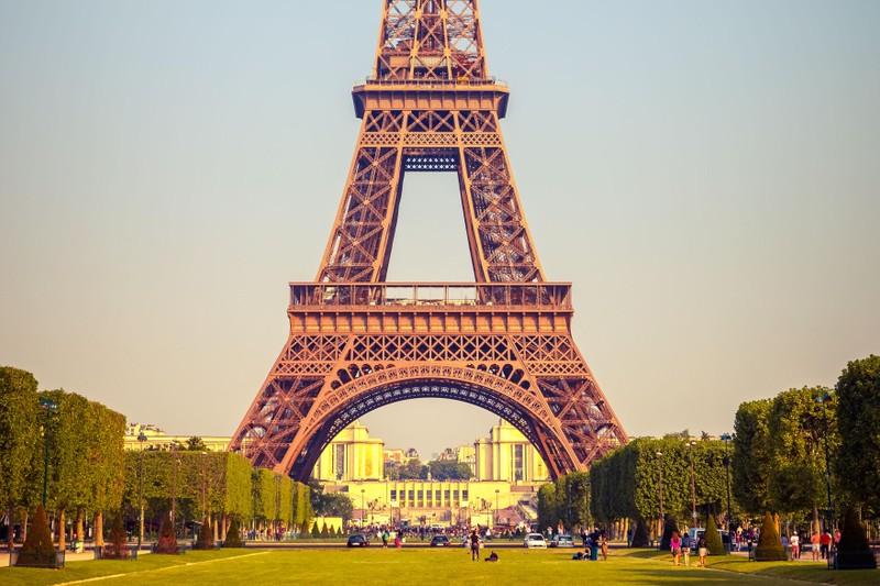 "Thap Eiffel suyt bi do bo: Lo ly do soc lien quan ""quai vat""-Hinh-7"