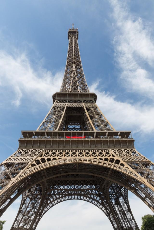"Thap Eiffel suyt bi do bo: Lo ly do soc lien quan ""quai vat""-Hinh-8"