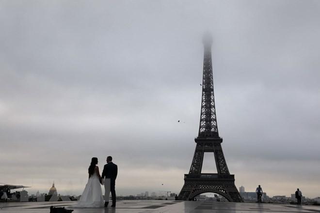 "Thap Eiffel suyt bi do bo: Lo ly do soc lien quan ""quai vat""-Hinh-12"
