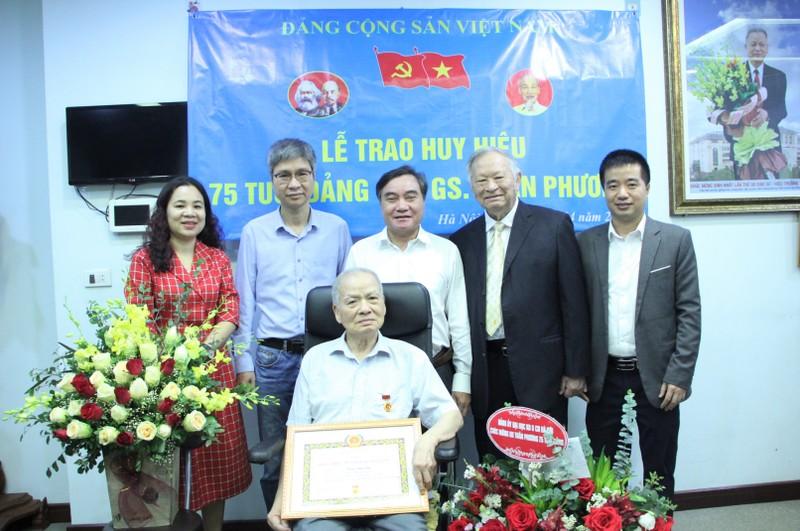 VUSTA trao Huy hieu 75 tuoi Dang cho GS Tran Phuong