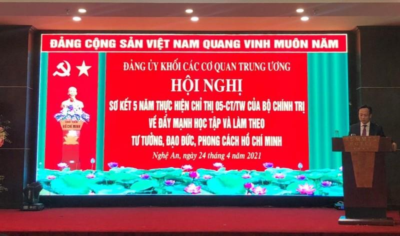 TS Le Cong Luong nhan Bang khen thuc hien Chi thi 05-CT/TW cua Bo Chinh tri