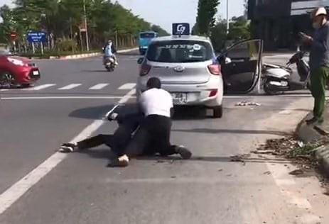 Vu cuop dam tai xe taxi: Xac minh nguoi mac do cong an dung goi dien thoai-Hinh-2