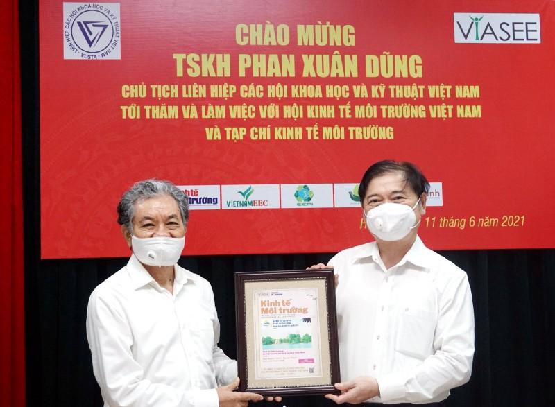 TSKH Phan Xuan Dung lam viec voi TW Hoi Kinh te Moi truong Viet Nam-Hinh-2