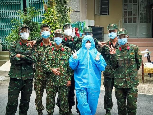 Bi ket lai TP HCM, co gai tham gia chong dich va tro tai lam banh-Hinh-4