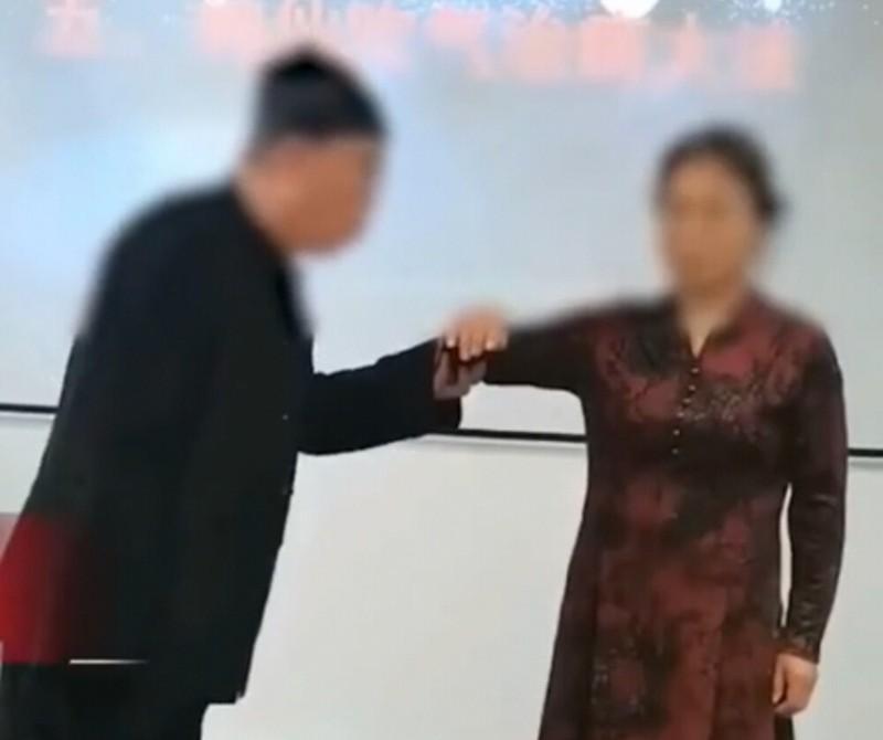 Dao si nang nguc bang 1 phay tay, chi em xep hang dai thu-Hinh-2