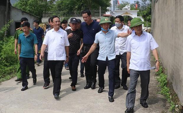 Cong an ly giai khong cong tay nghi pham ban chet 2 nguoi truoc cong nha-Hinh-2