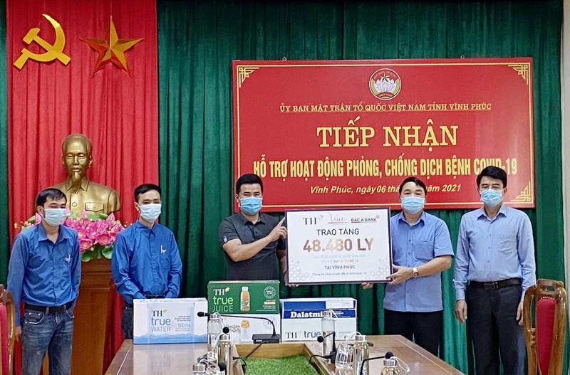 Tap doan TH trao tang Ha Nam, Vinh Phuc hon 145.000 san pham do uong, chung tay chong dich-Hinh-2