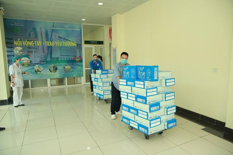 Tap doan TH trao tang Ha Nam, Vinh Phuc hon 145.000 san pham do uong, chung tay chong dich-Hinh-4