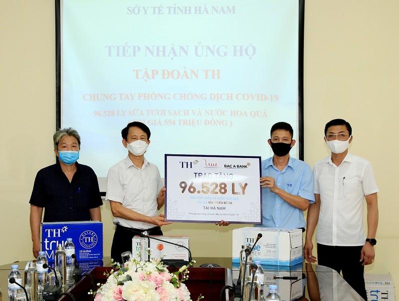 Tap doan TH trao tang Ha Nam, Vinh Phuc hon 145.000 san pham do uong, chung tay chong dich