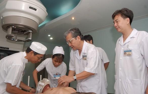 Bat ngo quan niem chua benh cua bac thay ung thu, GS.BS Nguyen Chan Hung-Hinh-2