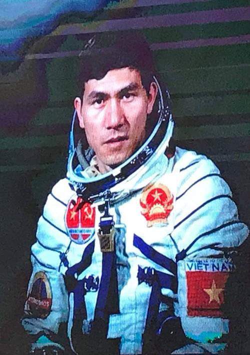 Pham Tuan va tieng oan mang beo hoa dau vao vu tru-Hinh-2