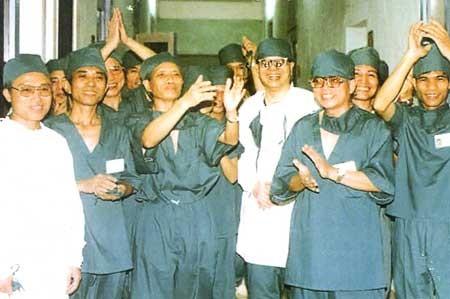 """Top Bac si quan y huyen thoai Viet Nam: """"Phu thuy"""" ghep tang Le The Trung-Hinh-2"""