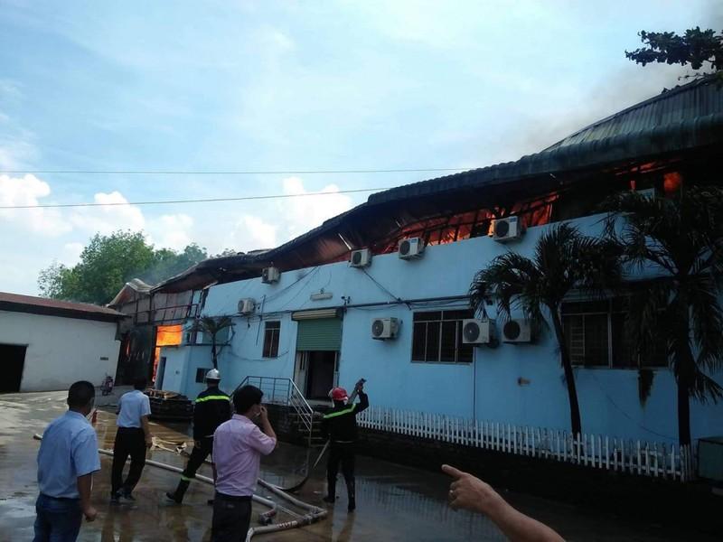 Khu nha xuong o Binh Duong boc chay sau tieng no lon