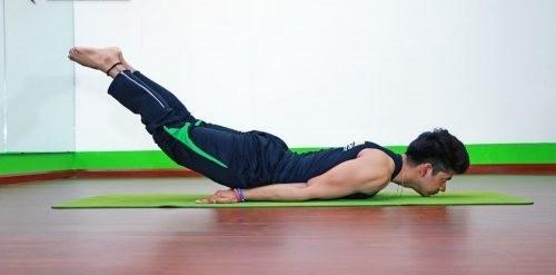 Nhung bai tap yoga giup cai thien chuyen chan goi cho ca chang va nang-Hinh-2