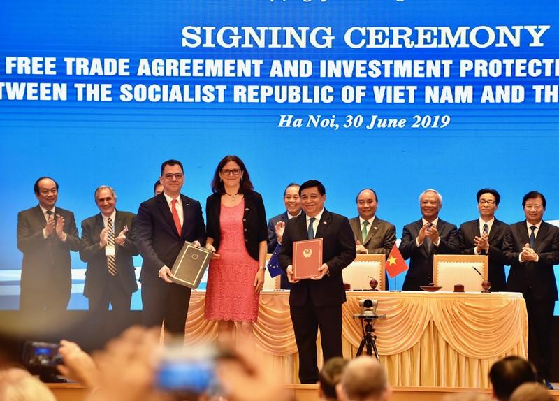 Thu tuong Nguyen Xuan Phuc chung kien Le ky EVFTA va IPA