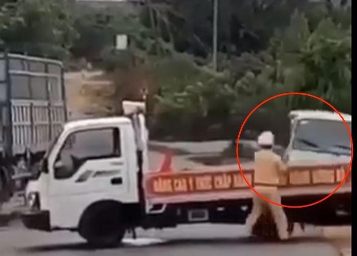 Tai xe xe khach tong thang vao xe CSGT chan duong, hat vang mot chien si-Hinh-2