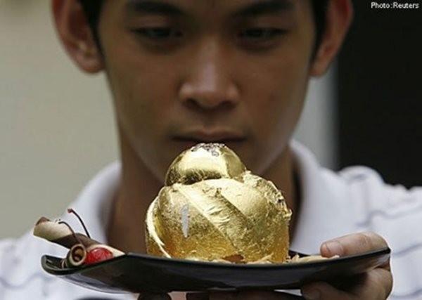 Choang voi mon banh socola dinh 15 vien kim cuong, phu 24 carat vang