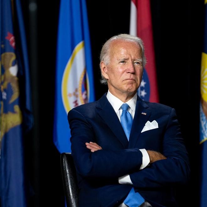 Vi sao ong Joe Biden luon dung khan bo tui sang mau?