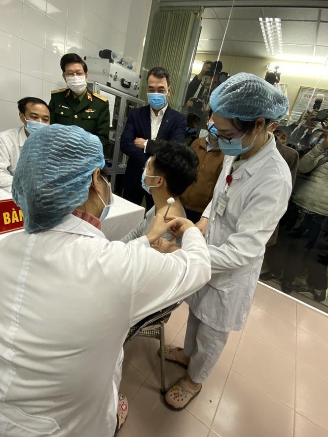 Viet Nam: Nguoi dau tien tiem thu nghiem vac-xin ngua COVID-19 la ai?