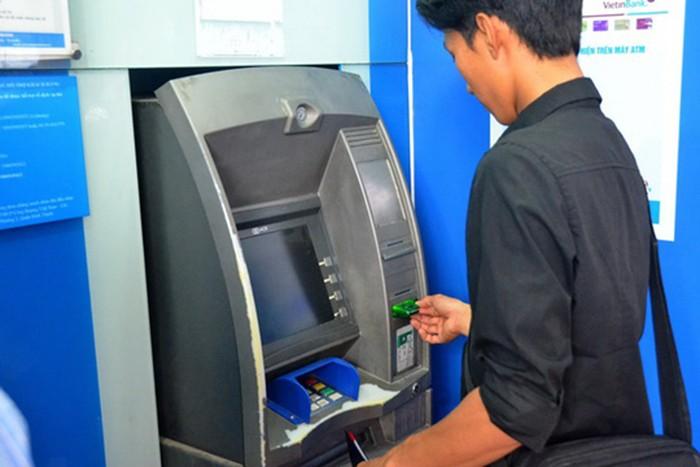 Tang phi rut tien ngoai mang qua ATM: Ngan hang ngay cang... tan thu?