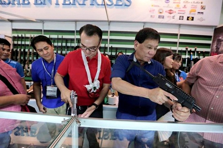 """Sat thu"" khai ve lenh giet nguoi cua cuu Thi truong Duterte"