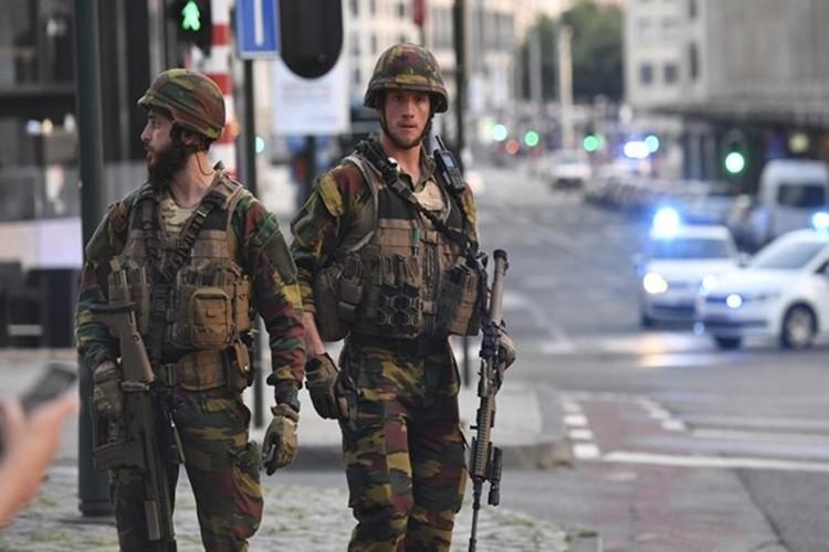 Binh si Bi ban ke danh bom Nha ga trung tam Brussels