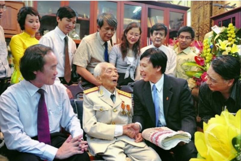 Dai tuong - Nha bao Vo Nguyen Giap: Ngoi but chien binh va chinh nghia-Hinh-2