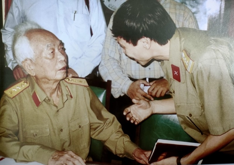 Dai tuong - Nha bao Vo Nguyen Giap: Ngoi but chien binh va chinh nghia-Hinh-3