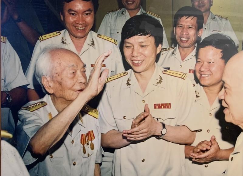 Dai tuong - Nha bao Vo Nguyen Giap: Ngoi but chien binh va chinh nghia