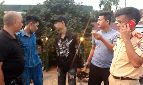 Di xe may kep 3, dam CSGT Ha Noi roi bo chay-Hinh-2